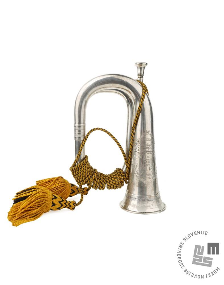Signalni rog 5. dragonskega polka, medenina, d. 30,5 cm; inv. št. 7909/1; Kovček signalnega roga, les, usnje, žamet, železo, 34 x 13 x 24 cm; inv. št. 7909/2. Foto: arhiv MNZS.