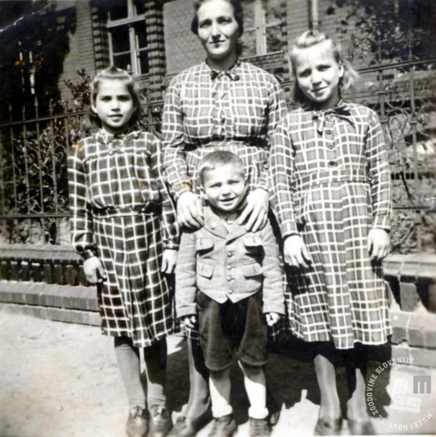 Marija Krevelj v taborišču Haynau v Šleziji z otroki. Z leve hči Marija, sin Bini in hči Jožefa. Manjka sin Ladislav. Last družine Mikulič
