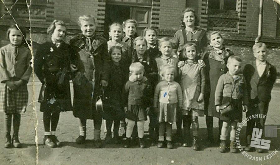 Skupina otrok v taborišču Haynau v Šleziji. Jožefa Krevelj je tretja z leve. Last družine Mikulič