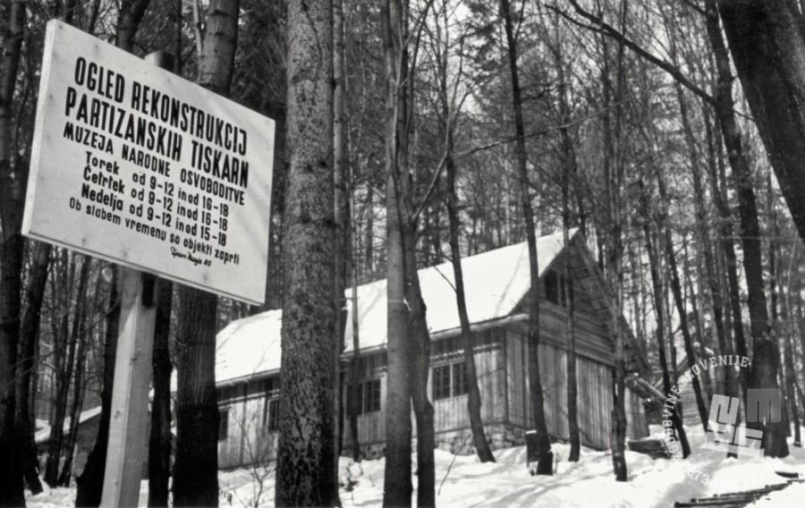 1855_60: Leta 1956 je bila prva muzejska stalna razstava o razvoju narodnoosvobodilnega boja v Sloveniji dopolnjena z razstavo na prostem Partizanske tiskarne. V gozdu v neposredni bližini muzejske stavbe je bilo rekonstruiranih več objektov, med drugimi tudi tiskarna Trilof.