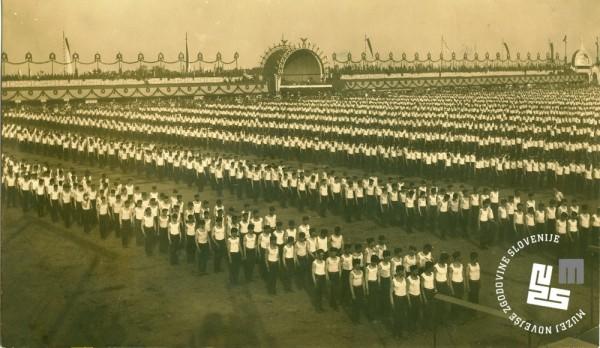 1. ─îlani Ljubljanskega Sokola so se prvi─Ź udele┼żili mednarodnega telovadnega tekmovanja leta 1901 na vsesokolskem zletu v Pragi