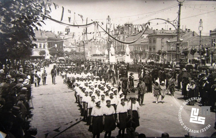 1. Povorka ─Źlanstva Sokola po beograjskih ulicah leta 1922, ob poroki kralja Aleksandra I. Kara─Ĺor─Ĺevi─ça z romunsko princeso Marijo