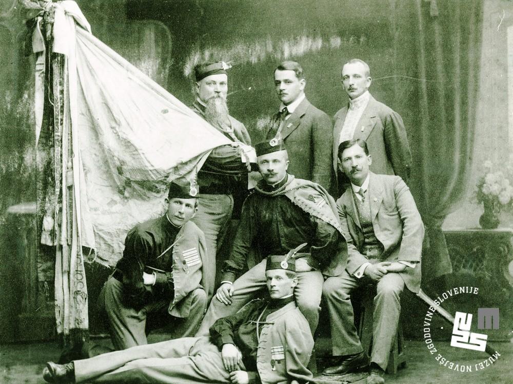 11. Ljubljanski Sokoli v Brnu, 28. junija 1914. Zastavonoša Miha Verovšek, na sredi sedi Bogomil Kajzelj
