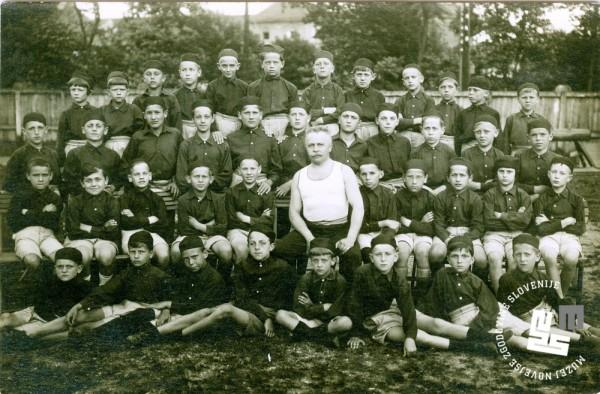 12. Nara┼í─Źaj Ljubljanskega Sokola in vaditelj Bogomil Kajzelj leta 1928 na telovadi┼í─Źu