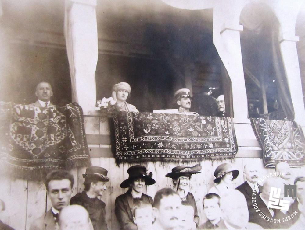 13. Kralj Aleksander Kara─Ĺor─Ĺevi─ç z ┼żeno Marijo v slavnostni lo┼żi novega stadiona