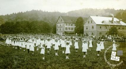 Javna telovadba na prostoru S.K. Ilirije v Ljubljani, nasproti kolodvora, 31. avgusta 1919. Vaje ženske dece z obročki. Foto: Kovač Vekoslav, hrani MNZS.