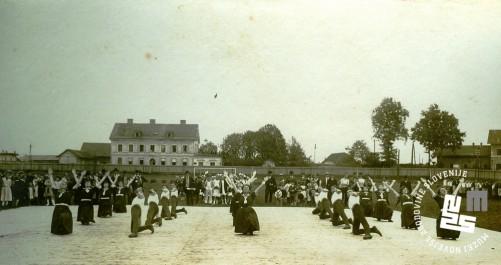 Javna telovadba na prostoru S.K. Ilirije v Ljubljani, nasproti kolodvora, 31. avgusta 1919. Proste vaje članov in članic. Foto: neznan, hrani MNZS.