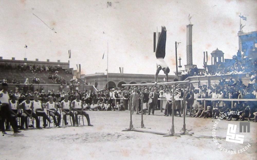 16. Tekmovanje jugoslovanske ekipe Sokolov na bradlji na svetovnem prvenstvu leta 1922 v Ljubljani. Vaje izvaja Peter Šumi