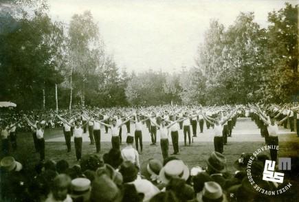 Javna telovadba na župnem zletu 7. septembra 1919 na Glincah. Proste vaje članov. Foto: Kovač Vekoslav, hrani MNZS.