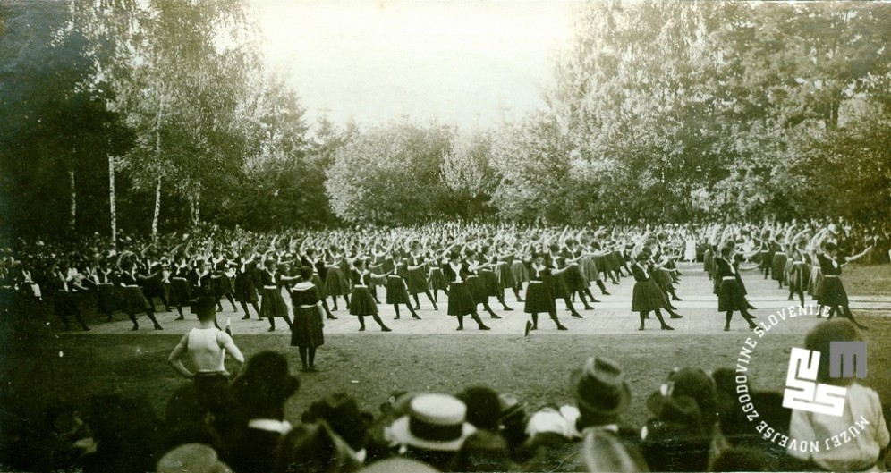 Javna telovadba na župnem zletu 7. septembra 1919 na Glincah. Proste vaje članic. Foto: Kovač Vekoslav, hrani MNZS.