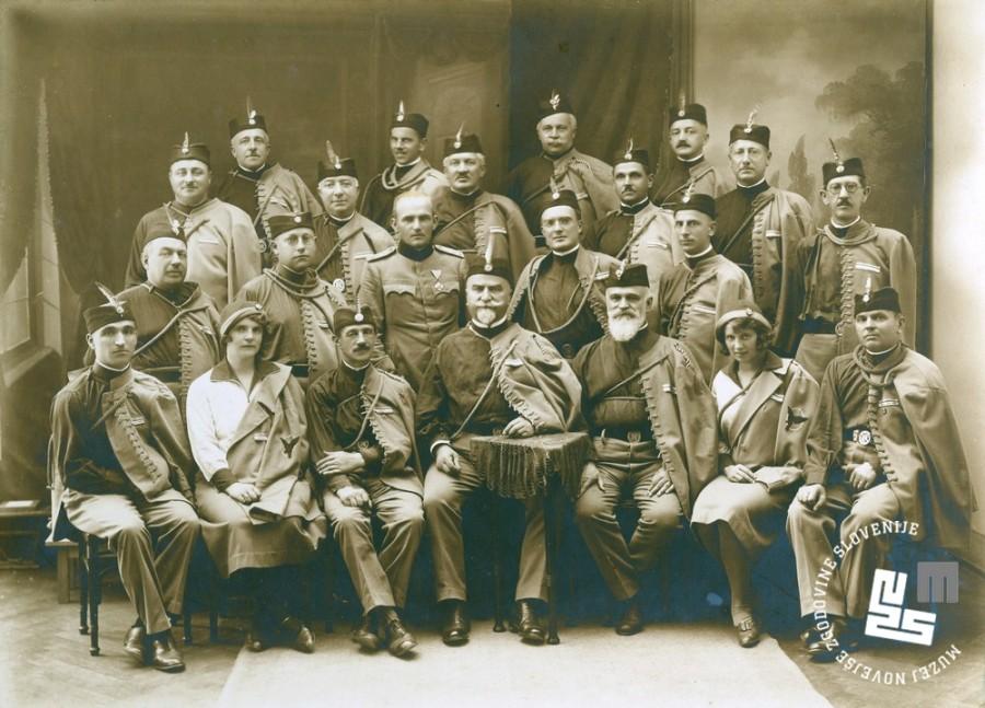 19. Uprava sokolske ┼żupe Ljubljana leta 1931. Sedijo z desne ─îotar, Burjeva, dr. Kuhar, dr. Pipenbacher, Krape┼ż, Anu┼íka Cigojeva in Alojz Vrhovec