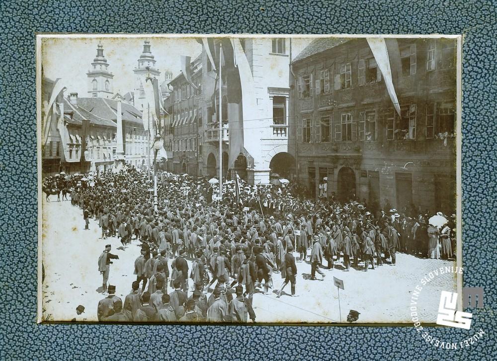 2. II. vsesokolski zlet v Ljubljani od 15. do 17. julija 1904. Pobudo zanj je dal Ljubljanski Sokol. Na fotografiji sokolski zbor pred mestno hišo