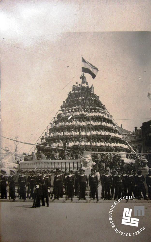 2. Piramida beograjskih ─Źlanov Sokola v ─Źasu poroke kralja Aleksandra I. Kara─Ĺor─Ĺevi─ça z romunsko princeso Marijo
