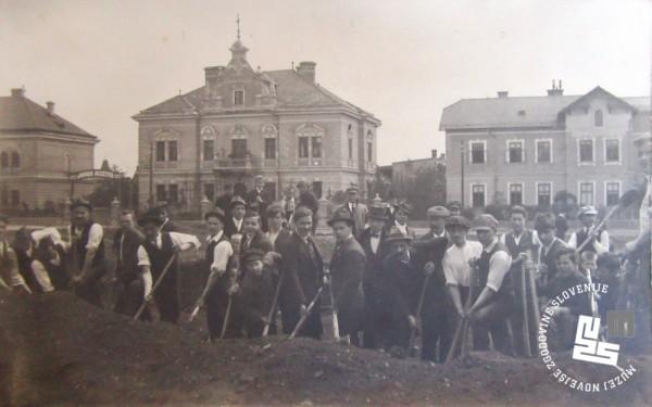 2. Udarniki - ─Źlani Sokola opravljajo zemeljska dela za izgradnjo telovadi┼í─Źa na Taboru v Ljubljani