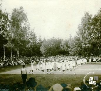 Javna telovadba na župnem zletu 7. septembra 1919 na Glincah. Proste vaje ženske dece. Foto: Kovač Vekoslav, hrani MNZS