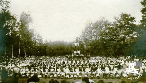 Javna telovadba na župnem zletu 7. septembra 1919 na Glincah. Proste vaje članov, članic in moške in ženske dece. Foto: Kovač Vekoslav, hrani MNZS.