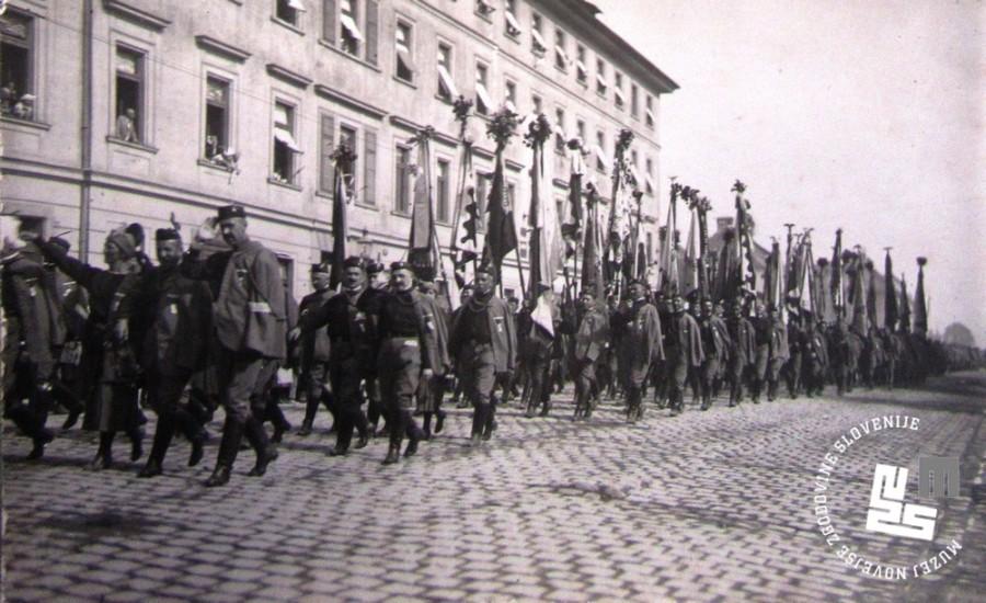 25. Povorka zastavonoš društev Sokola po ljubljanskih ulicah na vsesokolskem zletu 1922