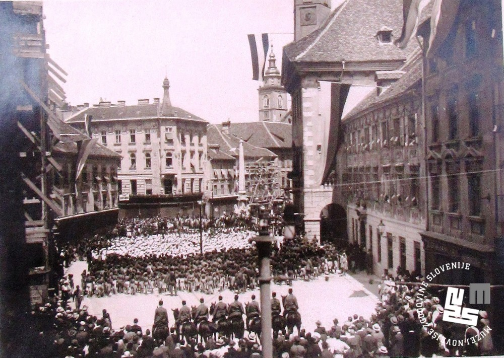 27. Člani Sokola pred mestno hišo v Ljubljani leta 1922