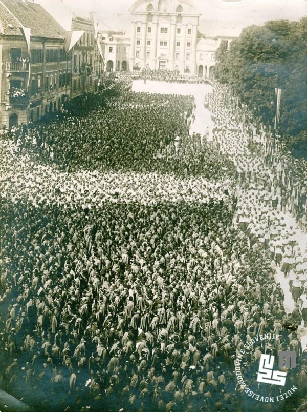 28. Zbor udele┼żencev ob I. jugoslovanskem vsesokolskem zletu. Zbrani na Kongresnem trgu v Ljubljani