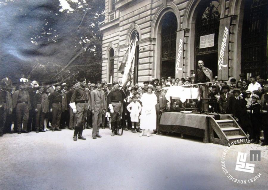 29. Sprejem kraljice Marije Kara─Ĺor─Ĺevi─ç pri Narodnem domu v Ljubljani avgusta 1922. Sprejem so ji priredili ─Źlani Ljubljanskega Sokola