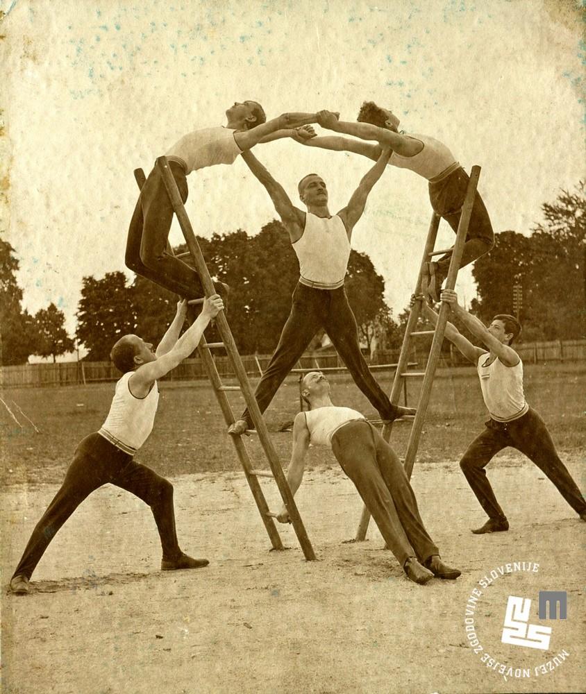 5. Skupinske vaje na telovadnem nastopu Ljubljanskega Sokola leta 1910