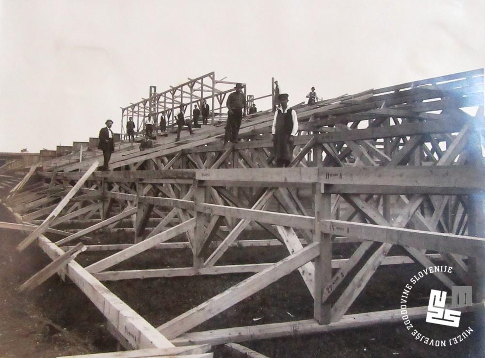 6. Mizarji in tesarji pri izgradnji lesenih tribun na stadionu v Be┼żigradu