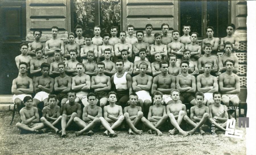 6. Nara┼í─Źaj Ljubljanskega Sokola leta 1925 pred Narodnim domom v Ljubljani