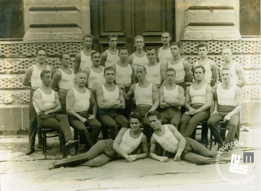 7. Vaditeljski zbor Ljubljanskega Sokola leta 1925 pred Narodnim domom v Ljubljani