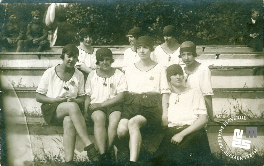 8. Srednji oddelek ─Źlanic Ljubljanskega Sokola na tekmovanju na Vidov dan, 28. junija 1925 v Beogradu. Prva z leve je Pavla Vrhovec