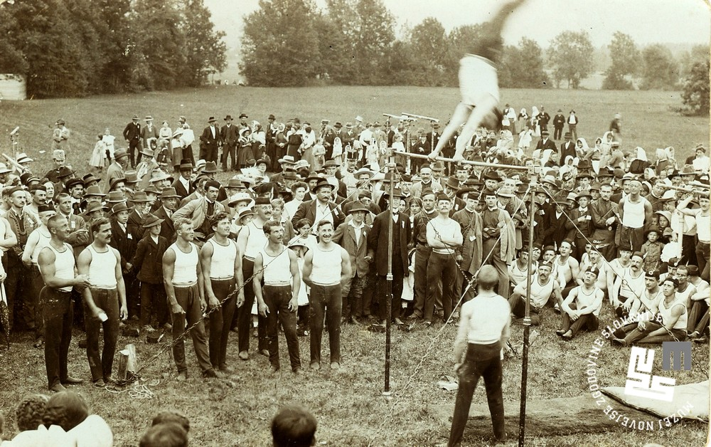 9. Svetko Martelanc je poslal fotografijo vadbe ─Źlanov Sokola v Radovljici avgusta 1913 svojem prijatelju Jaki Severju