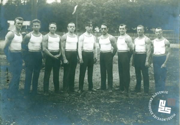 9. Vrsta Jugoslovanske sokolske zveze na tekmi za prvenstvo mednarodne telovadne zveze v Lyonu v Franciji leta 1926