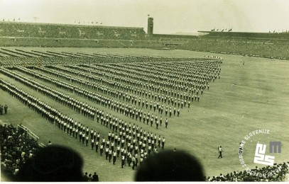 Telovadci na XI. vsesokolskem zletu v Pragi julija 1948 med izvajanjem prostega programa. Foto: neznan, hrani MNZS.