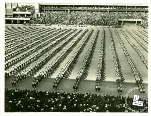 Telovadke na XI. vsesokolskem zletu v Pragi julija 1948 med izvajanjem prostega programa. Foto: neznan, hrani MNZS.