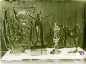 Prehodni pokali z Državnega prvenstva v gimnastiki leta 1951, ki so ga prejeli telovadci TVD Partizan Ljubljana Narodni dom. Foto: neznan, hrani MNZS.