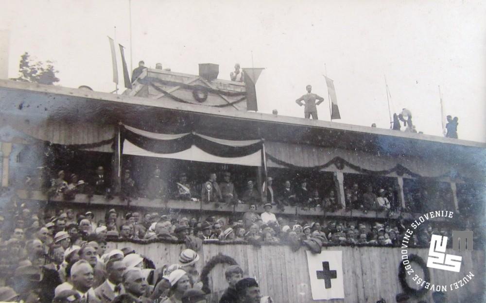 17. Slavnostna tribuna, na kateri je tudi kralj Aleksander Kara─Ĺor─Ĺevi─ç, ki je bil prisoten na I. pokrajinskem zletu Sokola kraljevine Jugoslavije v Ljubljani junija 1933