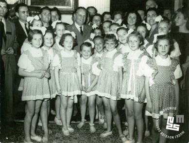 Člani, članice in dekliški podmladek društva TVD Partizan Ljubljana Narodni dom fotografirani z Maršalom Titom ob predaji štafetne palice ob njegovem 60. rojstnem dnevu leta 1952. Foto: neznan, hrani MNZS.
