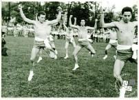 Člani TVD Partizan Ljubljana Narodni dom ob 90-letnici ustanovitve Sokolov na letnem telovadišču izvajajo javni nastop Murnikov Turški marš. Foto: neznan, hrani MNZS.