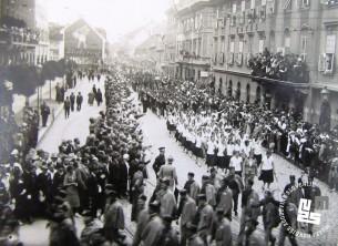 Člani sokolskih društev na slavnostnem sprevodu po ulicah Ljubljane. Foto: Kovač Vekoslav, hrani MNZS.