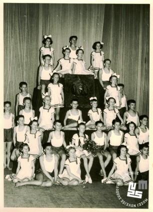 Skupina moškega in ženskega podmladka TVD Partizan Ljubljana Narodni dom leta 1954, ob 80-letnici dr. Viktorja Murnika. Slavnostna prireditev je bila v prostorih Opere v Ljubljani. Foto: neznan, hrani MNZS.