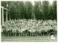 Pionirske tekme Okraja Ljubljana na letnem telovadišču TVD Partizan Ljubljana Narodni dom leta 1954. Skupinska fotografija. Foto: neznan, hrani MNZS.