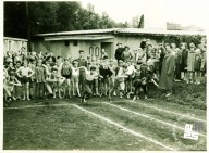 Pionirske tekme Okraja Ljubljana na letnem telovadišču TVD Partizan Ljubljana Narodni dom leta 1954. Tekmovanje pionirjev v teku. Foto: neznan, hrani MNZS.