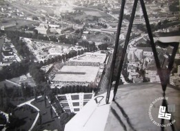 Letalski posnetek telovadišča in zbranih ob I. pokrajinskem zletu Sokola kraljevine Jugoslavije. Foto: Kovač Vekoslav, hrani MNZS.