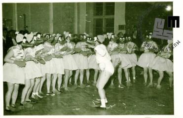 Maškarada v TVD Partizan Ljubljana Narodni dom v Narodnem domu leta 1954. V kostumih članice društva. Foto: neznan.