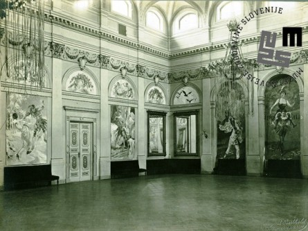 """Prizori slik s sten velike dvorane Narodnega doma v Ljubljani ob maškaradi leta 1912. Ta se je odvijala pod naslovom """"Jaz Pierretta, ti Pierrot!"""". Foto: Berthold August."""