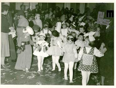 Otroška maškarada leta 1955 v Ljubljani, ki so jo organizirali člani TVD Partizan Ljubljana Narodni dom. Otroci našemljeni v različne pustne maske. Foto: Kovač Lojze.