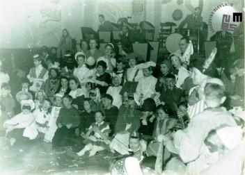 Otroška maškarada leta 1956, ki so jo organizirali člani TVD Partizan Ljubljana Narodni dom v dvorani doma. Foto: neznan.