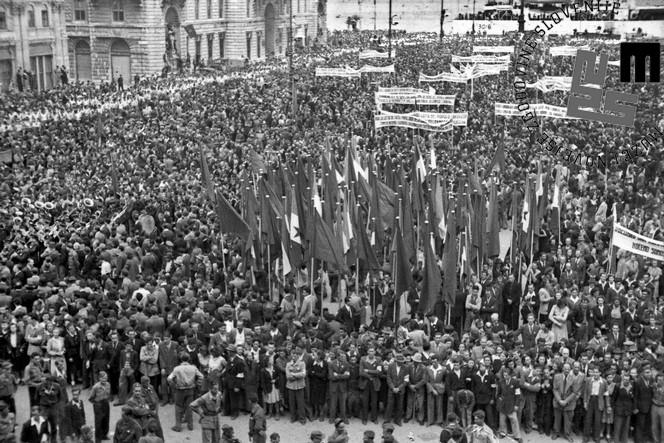 Veličastna prvomajska proslava na trgu Piazza Unità v Trstu, 1. 5. 1947.