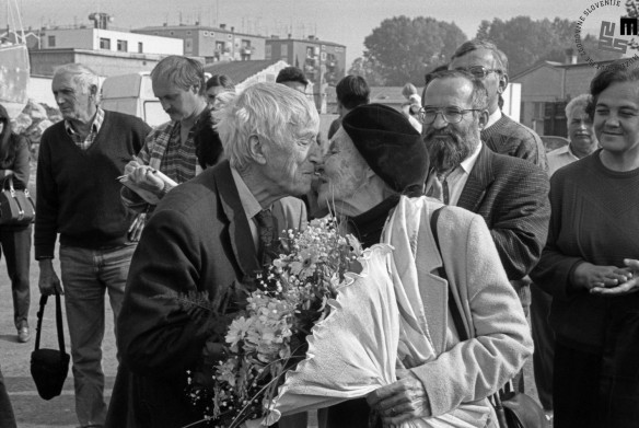 Skorajšnji poljub znamenitih baletnih plesalcev Pie in Pina Mlakarja, jesen 1995.
