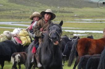 Fotografija tibetanskih otrok z enega od številnih potovanj Naceta Bizilja.