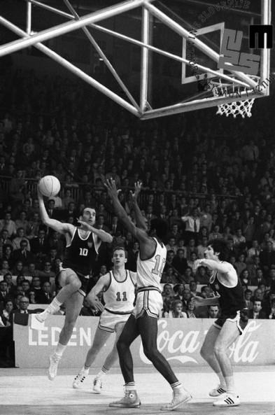 Košarkarska tekma med Jugoslavijo in ZDA na svetovnem prvenstvu v košarki v Ljubljani: zadnji met Iva Daneua, kapetana jugoslovanske reprezentance, ki je našim zagotovil prvi naslov svetovnih prvakov, 23. 5. 1970.